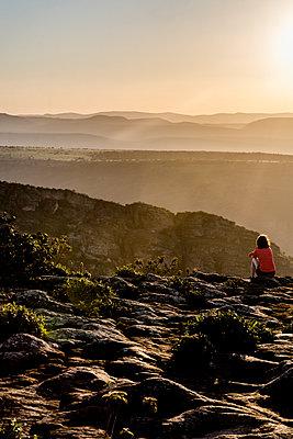 Frau blickt auf eine Gebirgslandschaft - p1170m1111636 von Bjanka Kadic