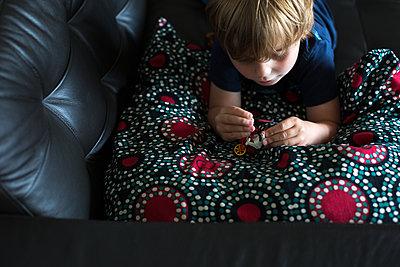 Kleiner Junge im Spiel vertieft - p1308m2057147 von felice douglas