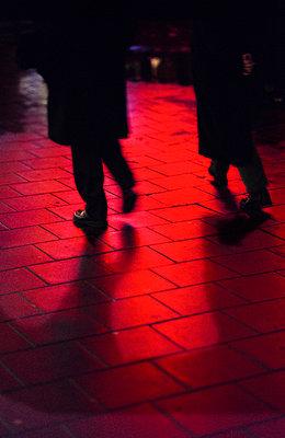 Menschen auf einem Gehweg im Neonlicht - p1418m1571452 von Jan Håkan Dahlström