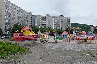 Rummelplatz in einem Wohngebiet - p236m1332821 von tranquillium