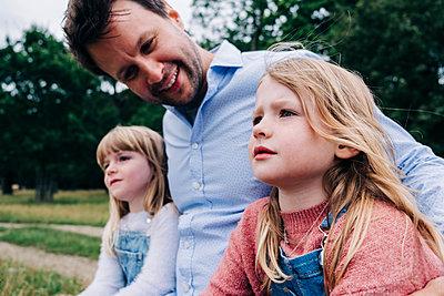 Family having fun at the park. London, England. - p300m2298910 von Angel Santana Garcia