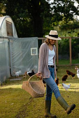 Junge Frau auf Hühnerhof - p432m2293149 von mia takahara