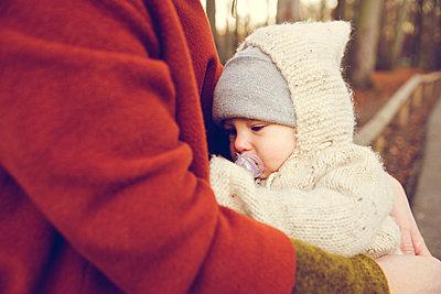 Herbstspaziergang, Mutter mit Kind - p904m1193470 von Stefanie Päffgen