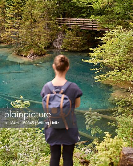 Frau blickt auf Bergsee - p1124m1150045 von Willing-Holtz