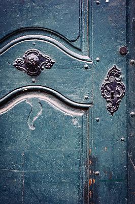 Tür mit Beschlägen - p1088m907734 von Martin Benner