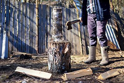 Mann beim Holz hacken - p1108m1355567 von trubavin