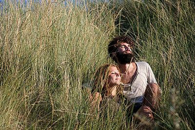 Junges Paar den in Dünen - p1212m1168696 von harry + lidy