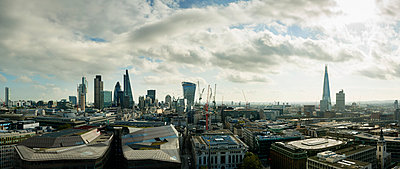 City of London panoramic view, London, England, UK - p429m976569 by Mischa Keijser