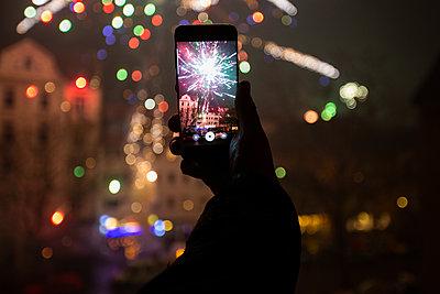 Feuerwerk auf dem Handy - p858m2100196 von Lucja Romanowska