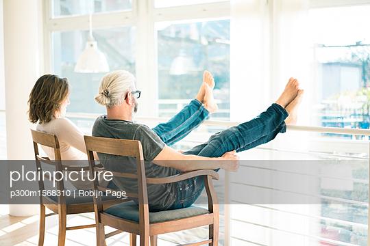 plainpicture - plainpicture p300m1568310 - Relaxed mature couple sitti... - plainpicture/Westend61/Robijn Page