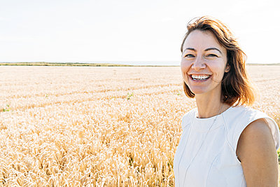 summer concept, caucasian middle-aged woman in the countryside - p1166m2177287 by Cavan Images