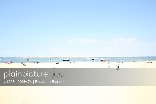 Vacationers on the beach - p1289m2089474 by Elisabeth Blanchet