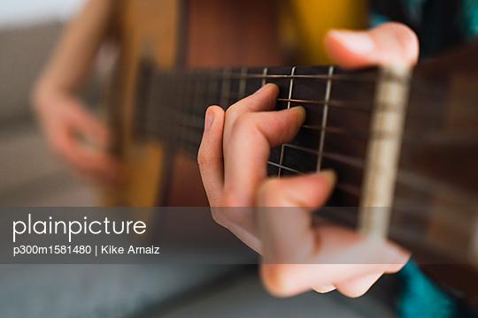 Close-up of woman playing guitar - p300m1581480 von Kike Arnaiz