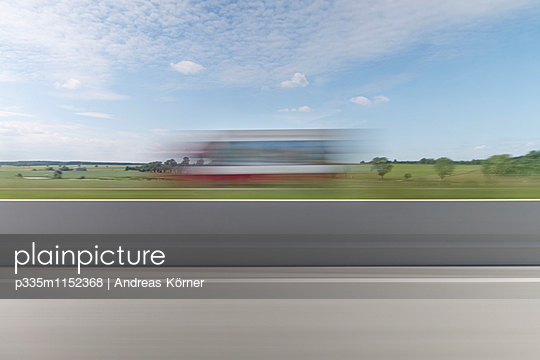 Blurred view of truck  - p335m1152368 by Andreas Körner