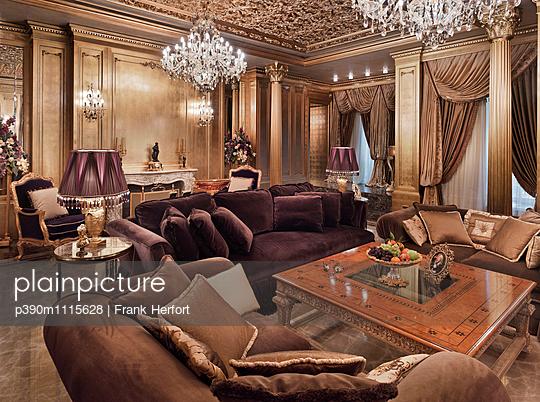 Wohnzimmer in einer Luxusvilla - p390m1115628 von Frank Herfort
