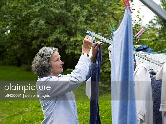 Frau hängt Wäsche auf  - p6430051 von senior images