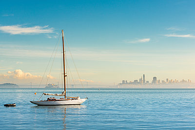 USA, California, San Francisco, Sailing boat and skyline - p300m1581512 by Markus Kapferer