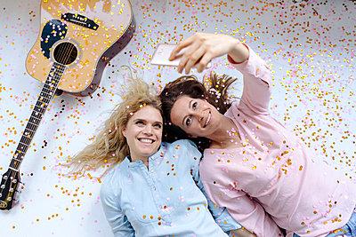 Zwei Freundinnen machen ein Selfie - p586m1510811 von Kniel Synnatzschke