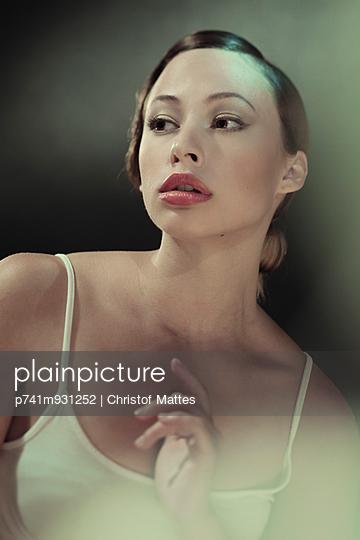 Elegante Frau - p741m931252 von Christof Mattes