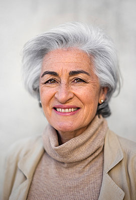 Smiling mature woman with short hair smiling - p300m2281460 by PICUA ESTUDIO