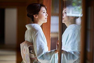Young Japanese woman wearing traditional kimono - p307m2135277 by Yosuke Tanaka