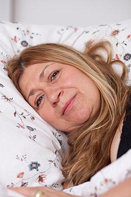 Frau liegt im Bett - p505m907245 von Iris Wolf
