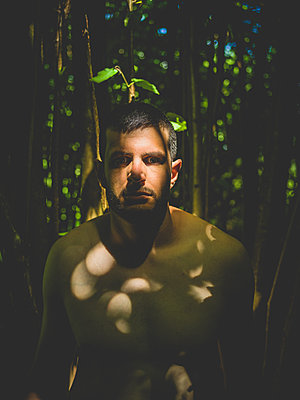Mann im Wald - p1267m2014020 von Wolf Meier