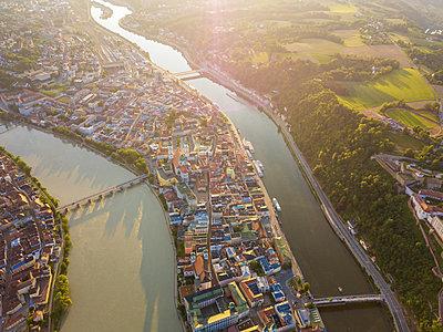 Germany, Bavaria, Passau, city of three rivers, Aerial view of Danube and Inn river - p300m1587516 by JLPfeifer