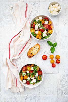 Salat mit Ruccola, Mozarella, Tomaten und Basilikum - p300m2144043 von Larissa Veronesi