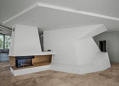 Kamin in moderner Innenarchitektur - p390m1516465 von Frank Herfort