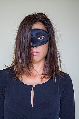 Frau trägt schwarze Maske - p397m1515450 von Peter Glass