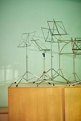 Music stand on a closet - p962m2157942 by Robert Schlossnickel
