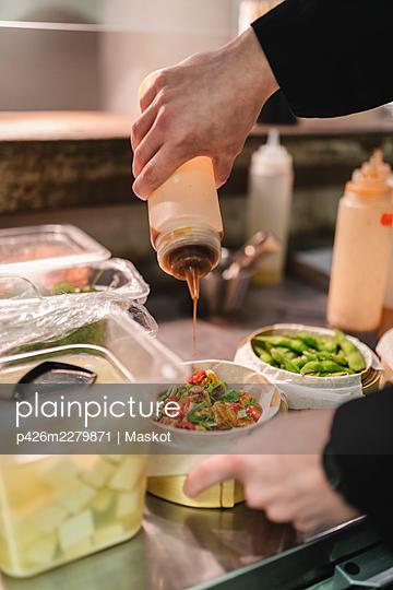 Male chef hands preparing food in kitchen - p426m2279871 by Maskot