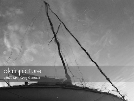 Spiegelung eines Segelbootes - p5672134 von Greg Conraux