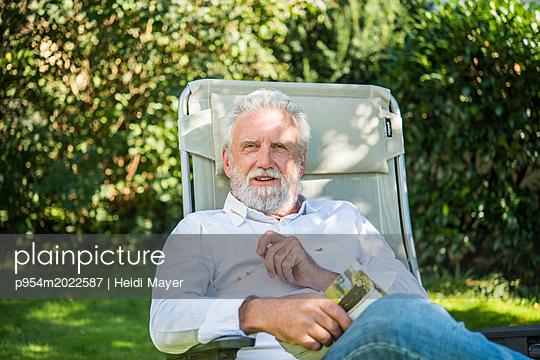 Erholung im Garten - p954m2022587 von Heidi Mayer