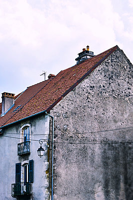 Weathered gable of apartment house - p1312m2150475 by Axel Killian