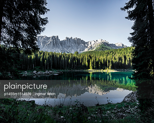 Calm lake with a reflection and mountains in the background - p1455m1514939 by Ingmar Wein