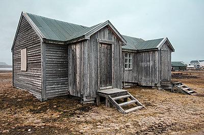 Holzhaus in Ny-Ålesund - p1486m1564233 von LUXart