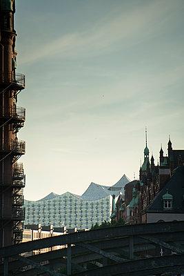 Blick von der Hamburger Speicherstadt auf Elbphilharmonie  - p1493m1584458 von Alexander Mertsch
