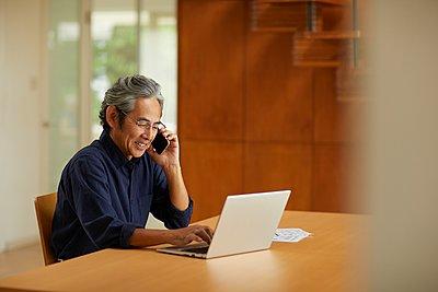 Senior Japanese man at home - p307m2135301 by Yosuke Tanaka