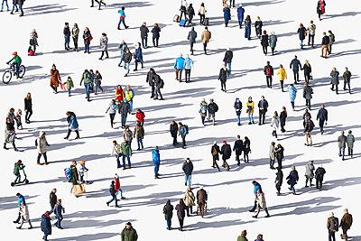 Menschen auf weißem Grund mit Schlagschatten - p719m2128710 von Rudi Sebastian