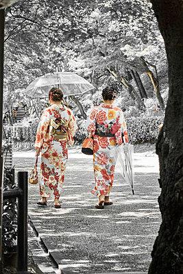 Two women wearing kimonos - p851m2077264 by Lohfink
