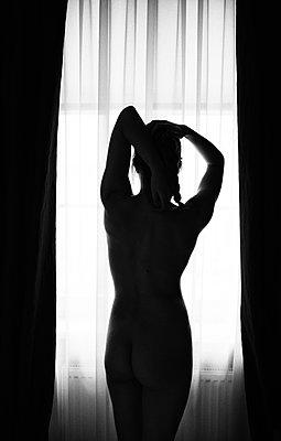 Nackt am Fenster - p858m1119233 von Lucja Romanowska