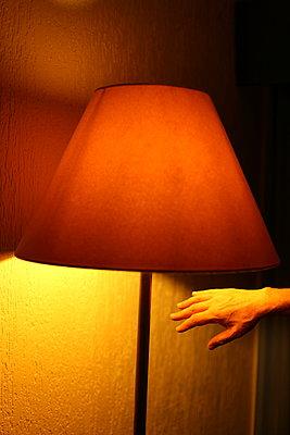 Hand und Stehlampe - p1063m1492488 von Ekaterina Vasilyeva