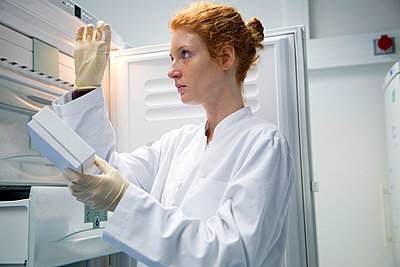 Young female natural scientist controlling a test in biochemistry laboratory - p300m977902f by Sigrid Gombert