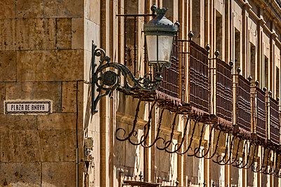 Picturesque corner of the old town, Salamanca, Castile and Leon, Spain - p651m2032932 by Stefano Politi Markovina photography