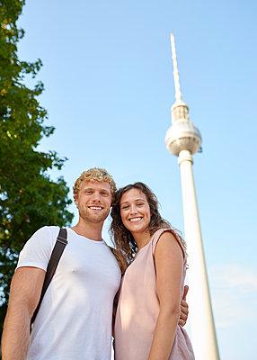 Paar vor dem Berliner Fernsehturm - p1124m1463313 von Willing-Holtz