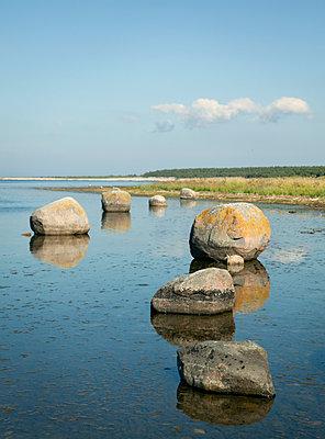 Felsbrocken im Wasser bei Ebbe - p1270m1108374 von Elisabeth Toll