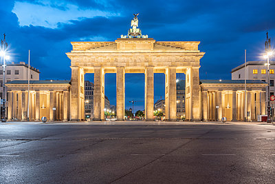 Brandenburg Gate illuminated at night  - p1332m2204572 by Tamboly