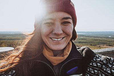 Portrait of smiling woman - p312m2208224 by Rania Rönntoft